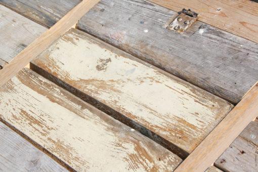 Katheder (detail) van hergebruikt hout