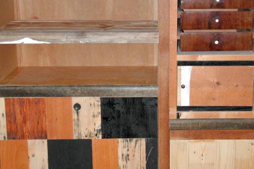 Detail kast met hergebruikte lades en andere onderdelen.