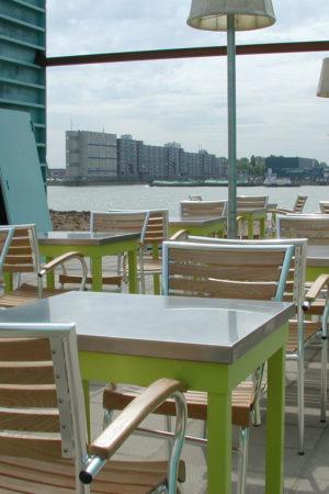Terras van restaurant dat gevestigd is in zeecontainers