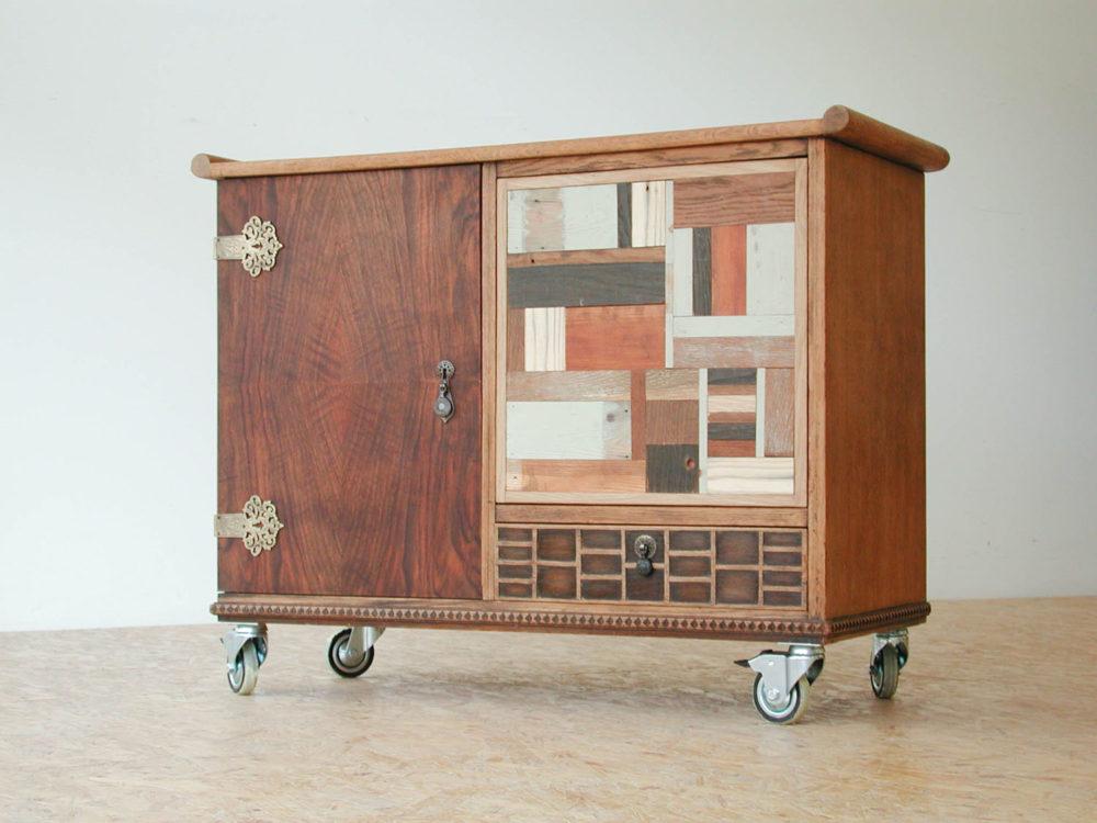 Oud theekastje met nieuw deurtje met sloophout in verschillende kleuren.
