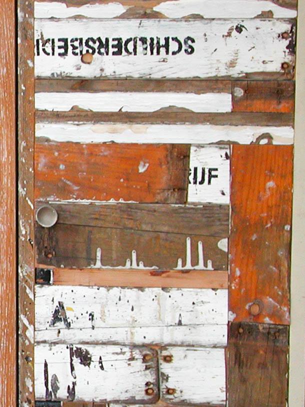 Deurtje van sloophout en onderdelen oude schilderstrap