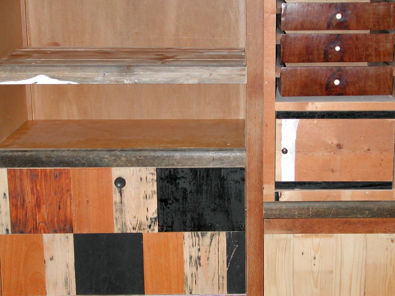 kast met sloophout en oude laatjes