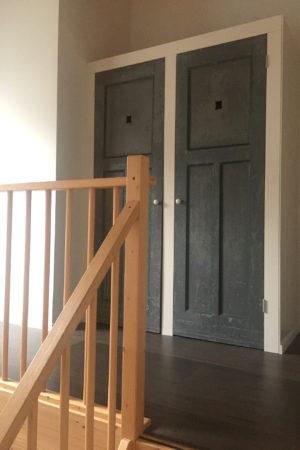 Overloop boerderij in Veessen. Kastdeuren, oude deuren hergebruikt.