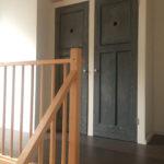Op maat gemaakte inbouwkast met hergebruikte deuren
