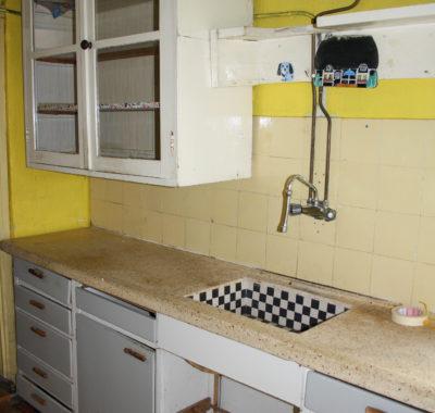 Oude jaren 60 keuken. Wandkast en keukenblok zijn op verschilde plekken hergebruikt.