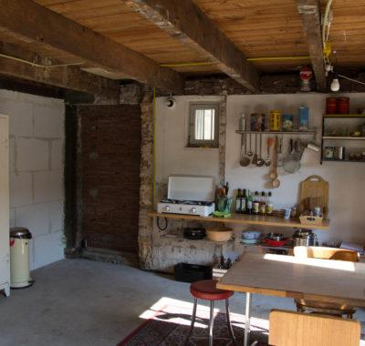 Keuken in gebruik tijdens opbouw nieuwe keuken.