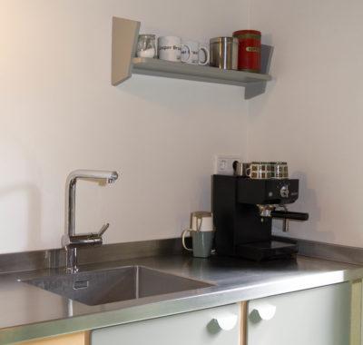 detail keuken, hergebruik van jaren 60 kastjes, modern comfort