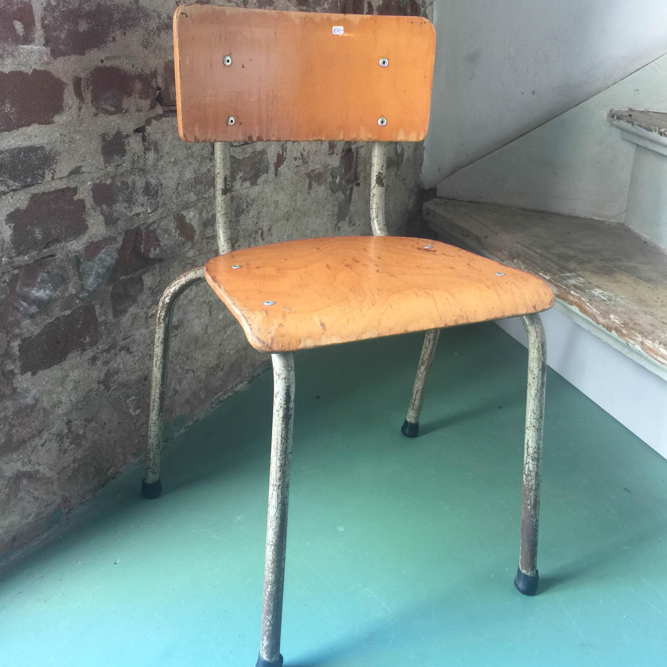 kleuterstoeltje houten zitting en rugleuning stalen poten, vintage